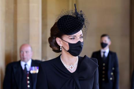 Kate Middleton złożyła hołd Elżbiecie II podczas pogrzebu księcia Filipa. O jaki symbol chodzi?