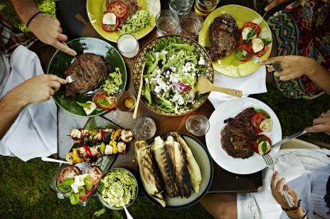 Sałatka na grilla: 5 pomysłów na lekkie i proste sałatki, które urozmaicą grillowane potrawy