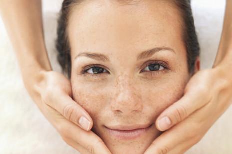 Masaż Kobido daje efekt jak po botoksie. Rozświetla, usuwa martwy naskórek i zmniejsza napięcie spowodowane stresem. Na czym polega ten zabieg?