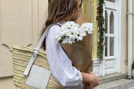 Najładniejsze torebki kosze na lato 2021. O tych modelach marzą teraz stylistki i influencerki
