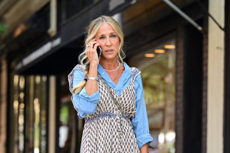 """Carrie Bradshaw w taniej sukience z sieciówki na planie """"Seksu w wielkim mieście"""". Ten look wywołał burzę"""