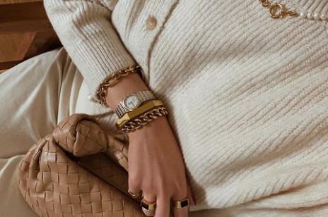 Jak dobrać biżuterię do swetra? Podpowiadamy, które kolczyki, naszyjniki i bransoletki najlepiej dogadają się z jesienną garderobą