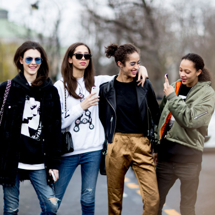 Street fashion: modelki off duty na Paris Fashion Week AW17