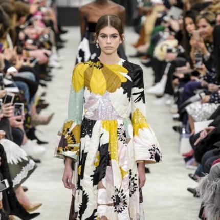 4adaefa69ef3 19.09.2018 - Moda · Najpiękniejsze sukienki z wybiegów sezonu jesień-zima  2018 2019