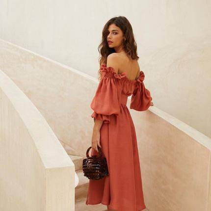 9b2a60f034 20.05.2019 - Moda · Bluzki i sukienki z odkrytymi ramionami  trendy 2019