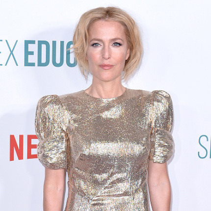"Gillian Anderson w złotej sukni na premierze ""Sex Education 2"""