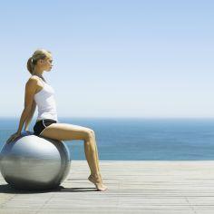 Ćwiczenia z piłką: najlepsze na brzuch, kręgosłup i uda