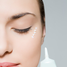 Ten krem pod oczy jest hitem sprzedażowym! Zawiera witaminę C, zmniejsza widoczność zmarszczek i cieni oraz natychmiastowo rozświetla skórę