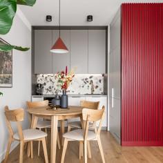 Mieszkanie z kolorami jak w filmach Almodovara, projekt: pracownia PURA design