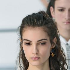 5 sposobów na wypadanie włosów. Odpowiednie kosmetyki, domowe i skuteczne metody na wzmocnienie włosów