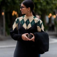 Sweter w romby na jesień 2020