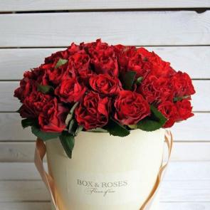 Romantyczna kolacja przy świecach, bukiet czerwonych róż i pierścionek z diamentem