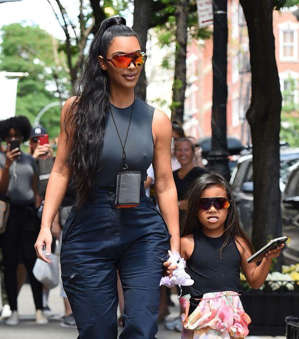 3cd797b3517a1b Kim Kardashian i North West w okularach na rower 9021024. 7 Zobacz galerię