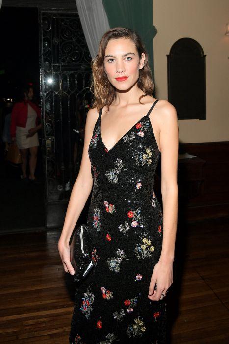 57b4b29bee Gwiazdy w sukienkach w kwiaty. Alexa Chung na premierze kolekcji Erdem x  H M w Los