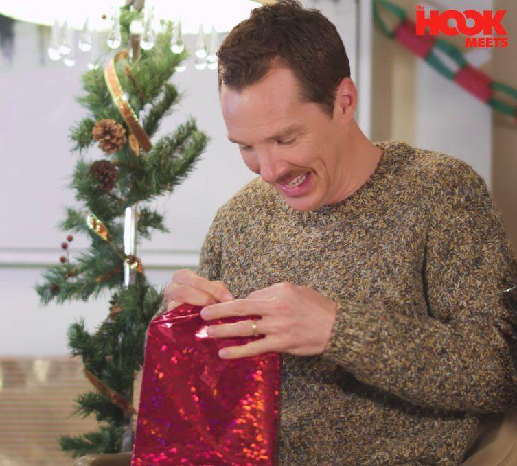 266781808d3b7 Benedict Cumberbatch otwiera nieudane prezenty gwiazdkowe