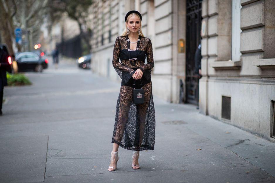 Czarna koronkowa sukienka jakie dodatki i buty do niej