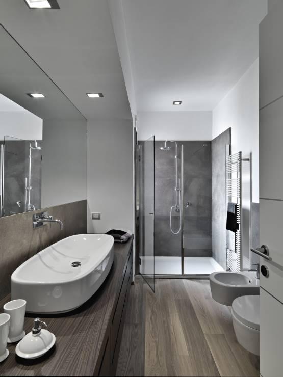 Nowoczesna łazienka Chłodne Drewno W Połączeniu Z Różnymi