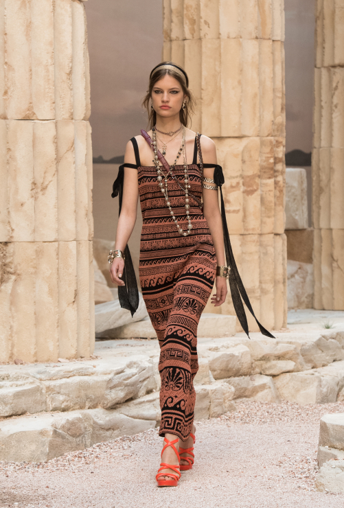 Chanel Resort 2018 - sukienka z odkrytymi ramionami - Chanel Cruise 2018
