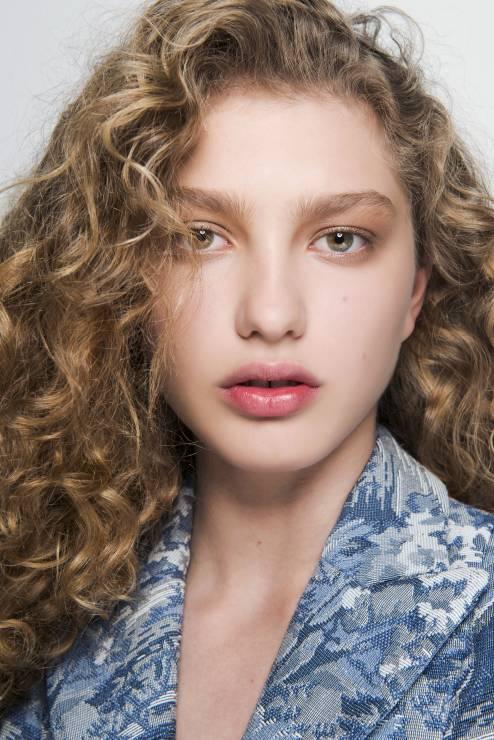 Kręcone Włosy Z Asymetrycznym Przedziałkiem Fryzury