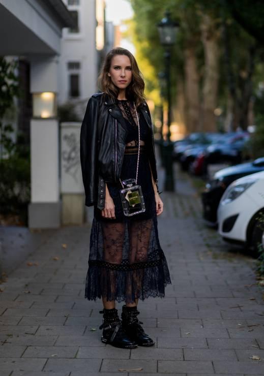Jak nosić czarną sukienkę? - Czarna koronkowa sukienka - jakie dodatki będą do niej pasować?