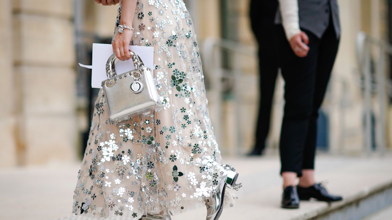 f1c3ccb82aa757 Jakie buty do sukienki w kwiaty? - Elle.pl - trendy wiosna lato 2019 ...