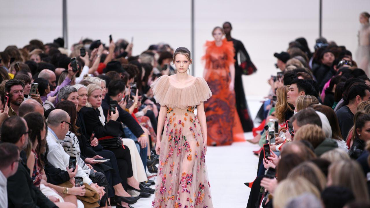 5bdfcf92e9 Modne sukienki  trendy wiosna-lato 2019  - Elle.pl - trendy wiosna ...