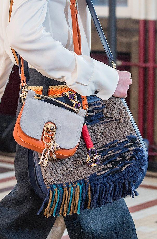 da99c173ce555 Carven i Coach) na jednej torebce nie poprzestają. Ogromną torbę hobo radzą  nosić w parze z jeszcze jedną, tylko nieco mniejszą.
