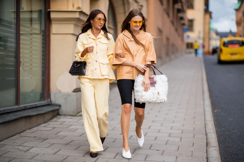 68340606 Trendy wiosna-lato 2019: modne spodnie damskie - Elle.pl - trendy wiosna lato  2019: moda, modne fryzury, buty, manicure, sukienki, torebki, biżuteria, ...