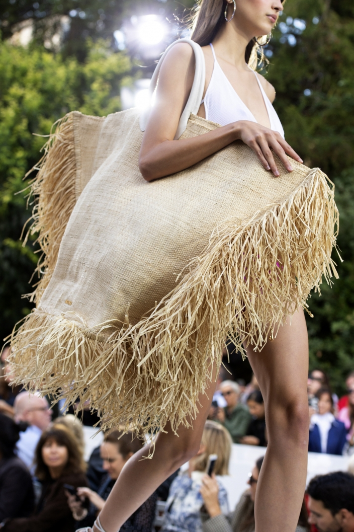 172438204aae9 Najbardziej pożądaną it-bag sezonu okrzyknięto jednak słomianą torbę w  rozmiarze XXL, ozdobioną rzucającymi się w oczy frędzlami od Jacquemus.