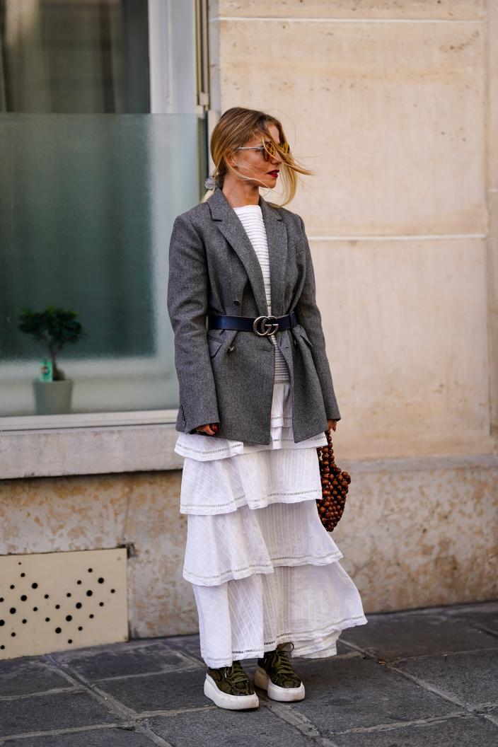 biała sukienka i czarne botki jak nosic