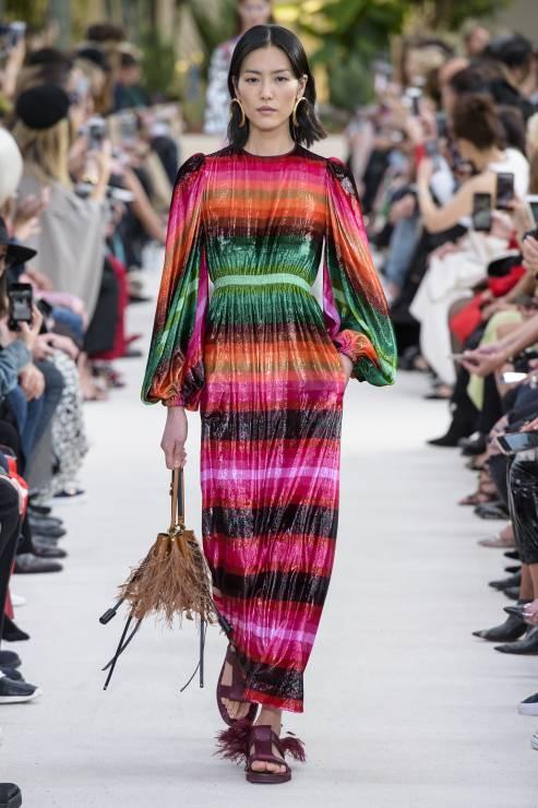 654fad13cc Szwedzka marka w swojej limitowanej linii H M Studio umieściła efektowną  pastelową sukienkę w nieregularne paski - będzie ją można kupić już 21  marca 2019 ...