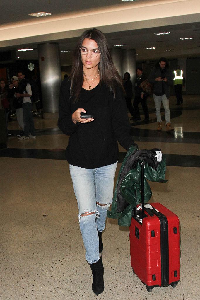 14a7cfac26361 Emily Ratajkowski wybiera walizki podróżne w kolorze czerwieni. Są kobiece  i od razu przyciągają wzrok. Dzięki temu łatwiej je odnaleźć w strefie  odbioru ...