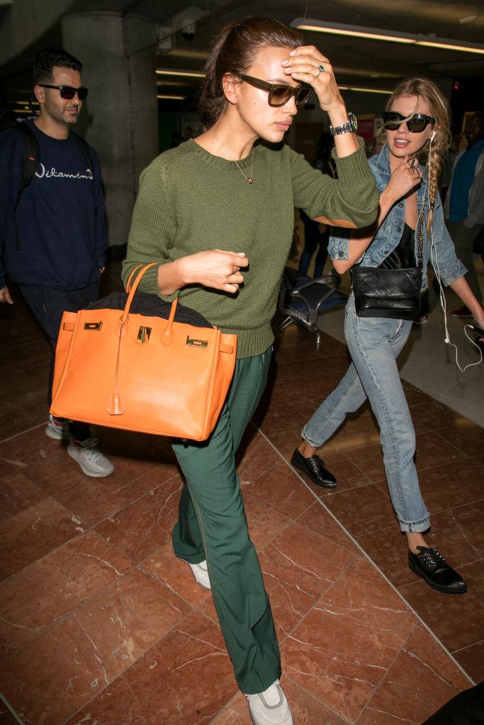 f1876f104e762 Gwiazdy uwielbiają pojawiać się na lotnisku z tym kultowym modelem torebki  Hermès. I nic dziwnego, bo kulisy jej powstania są ściśle związane właśnie  z ...