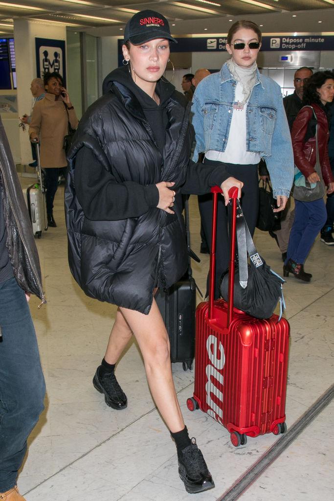f1dca889d5ad3 Jeśli w swoich stylizacjach do samolotu stawiasz na streetwearowy luz,  wybierz nowoczesną walizkę podróżną z modnym logo. Nie tak dawno Bella  Hadid została ...