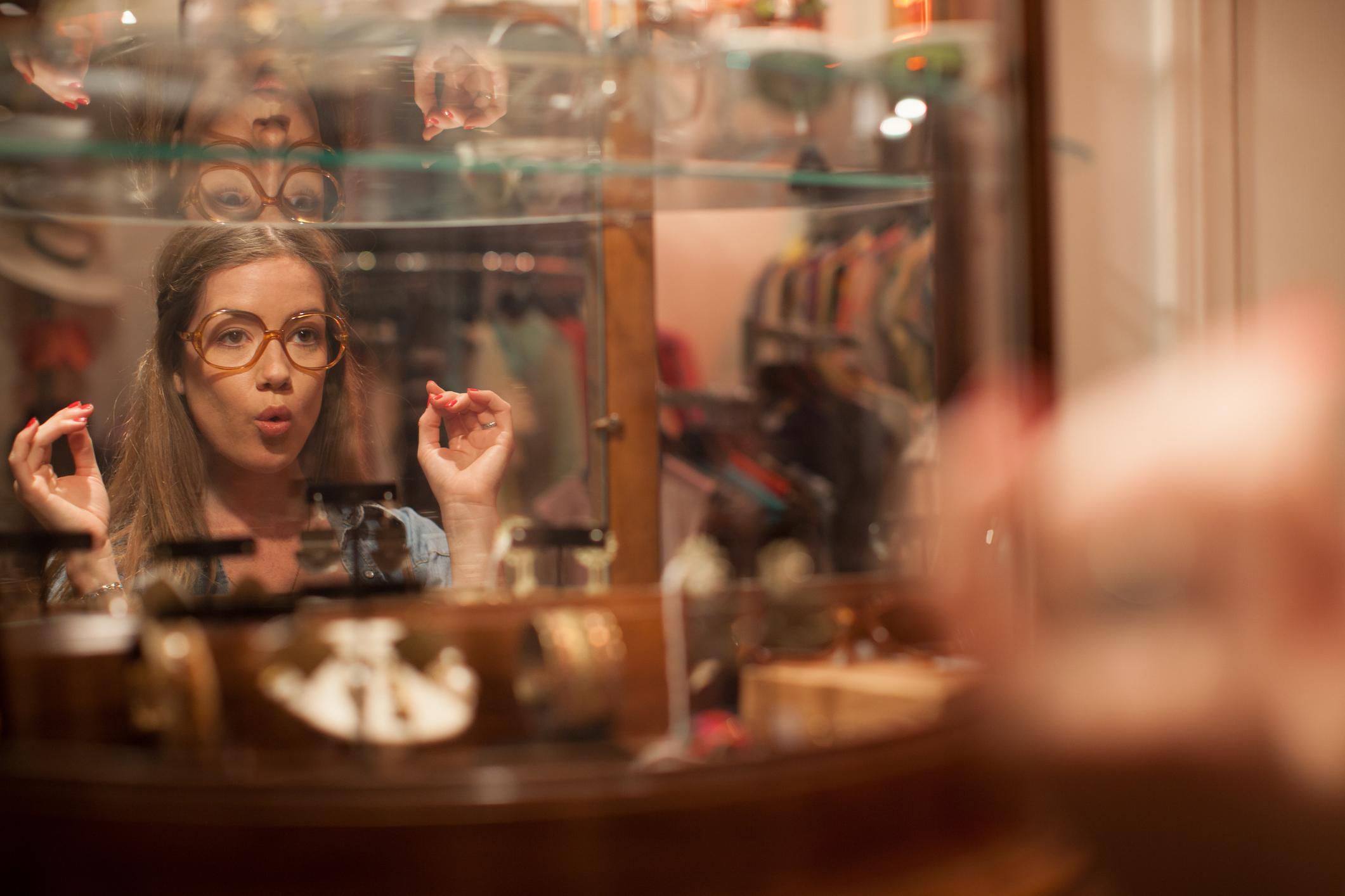 ec8ef618a3a375 Jak sprzedawać używane ubrania? Rady od najlepszych sklepów vintage -  Elle.pl - trendy wiosna lato 2019: moda, modne fryzury, buty, manicure,  sukienki, ...