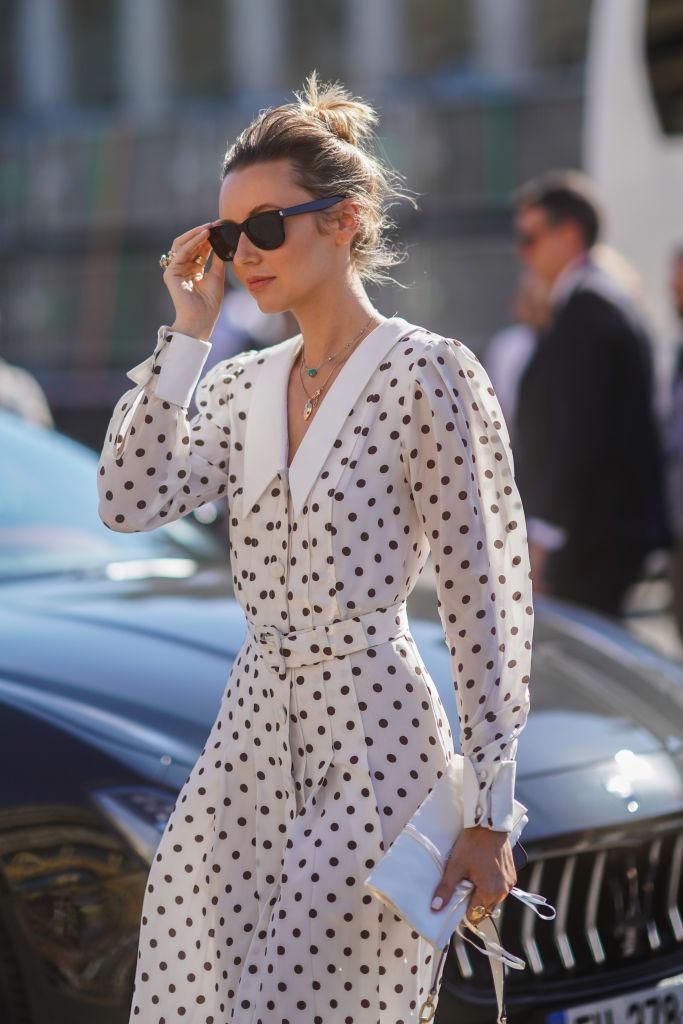 Modne ubrania w groszki, które nosimy tego lata [trendy 2019